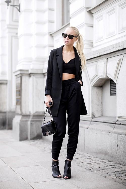 Модель в черных брюках, бюстье и удлиненный пиджак