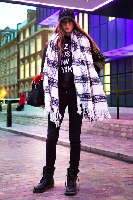 Модель в черных джинсах, ботинках и свинтоше с принтом, черно-белый палантин в клетку, неделя моды - Лондон осень/зима 2016-2017