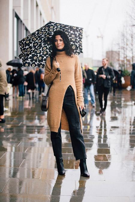 Модель в черных капри, ботильонах и бежевый длинный свитер с разрезом, неделя моды - Лондон осень/зима 2016-2017