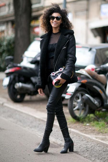 Модель в черных кожаных брюках, водолазке и укороченной дубленке
