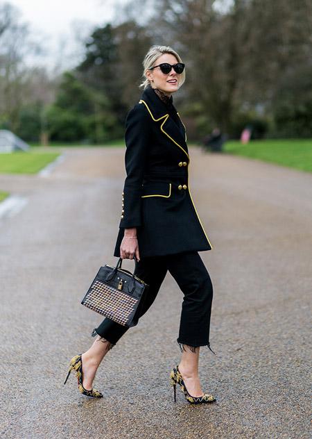 Модель в черных обрезанных брюках, черный кардиган с желтой оконтовкой, туфли на шпильке, неделя моды - Лондон осень/зима 2016-2017