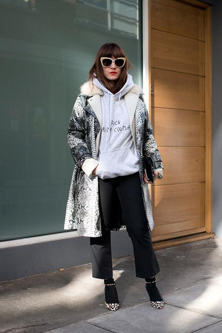 Модель в черных укороченных брюках, серой олимпийке и пальто, неделя моды - Лондон осень/зима 2016-2017