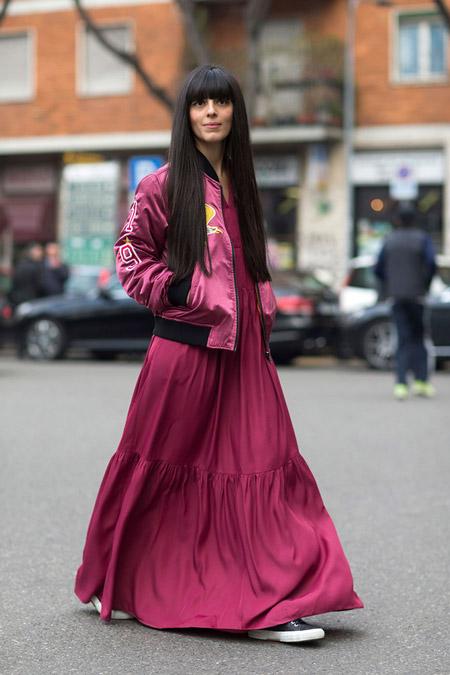 Модель в длинном бордовом сарафане, куртка олимпийка