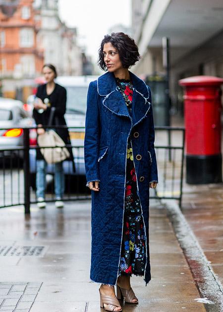 Модель в длинном черном платье с разноцветным принтом и синем стеганном пальто, неделя моды - Лондон осень/зима 2016-2017