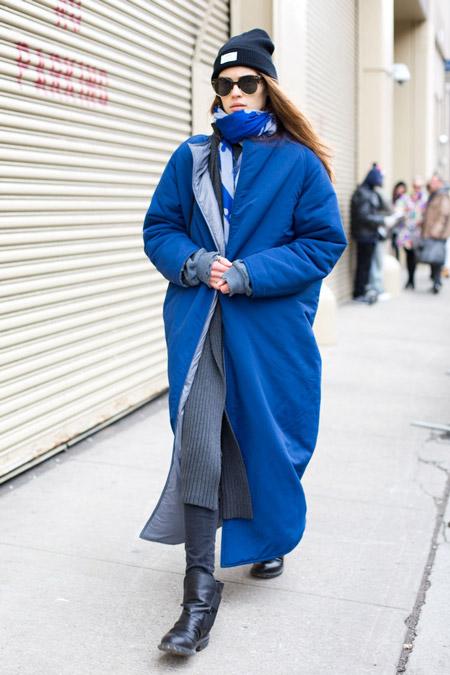 Модель в длином синем пальто, шарф и шапка