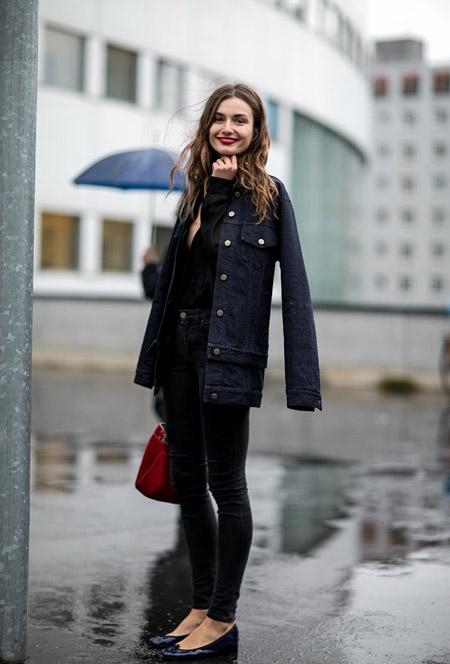 Модель в джегинсах и темная куртка
