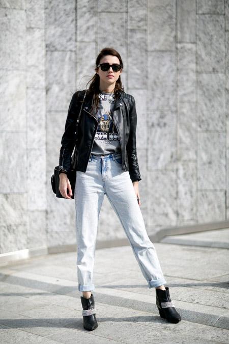 Модель в джинсах, футболке с принтом и куртка косуха
