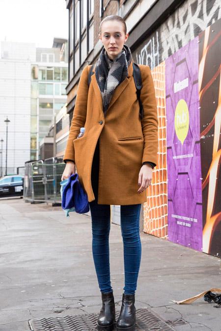Модель в джинсах скинни и коричневом пальто прямого покроя, неделя моды - Лондон осень/зима 2016-2017