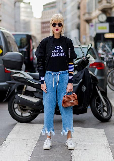 Модель в джинсовых бриджах и черной олимпийке