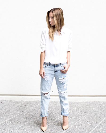 Модель в голубых рваных джинсах, рубашка и бежевые туфли