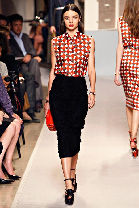 Модель в карандаше и блузке
