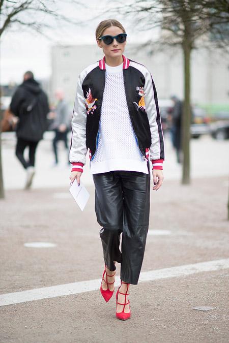 Модель в кожанных брюках, белый свитер и черно-белая олимпийка, неделя моды - Лондон осень/зима 2016-2017