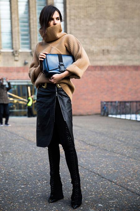 Модель в кожаной юбке с разрезом и бежевом свитере с объемным воротом, неделя моды - Лондон осень/зима 2016-2017