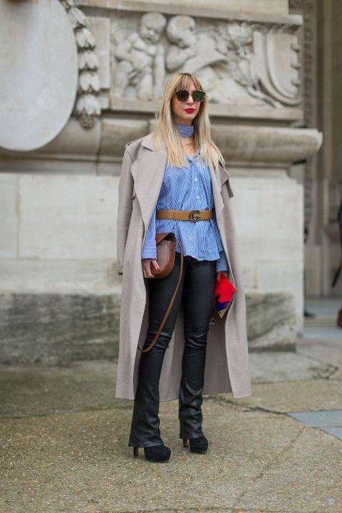 Модель в кожаных брюках, голубая рубашка и светлый плащ