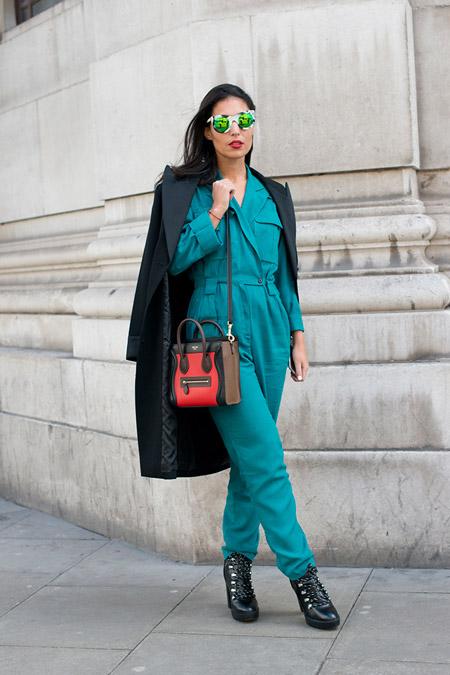 Модель в красивом бирюзовом комбинезоне и темно синее пальто, неделя моды - Лондон осень/зима 2016-2017