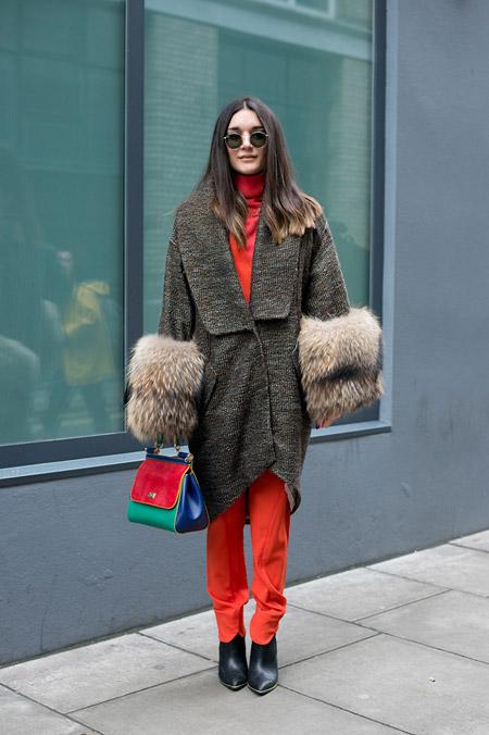 Модель в красных брюках и водолазке, вязанный кардиган с меховыми рукавами, неделя моды - Лондон осень/зима 2016-2017