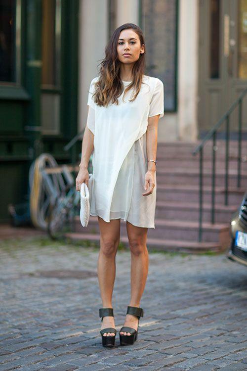Модель в легком белом платье, босоножки на платформе