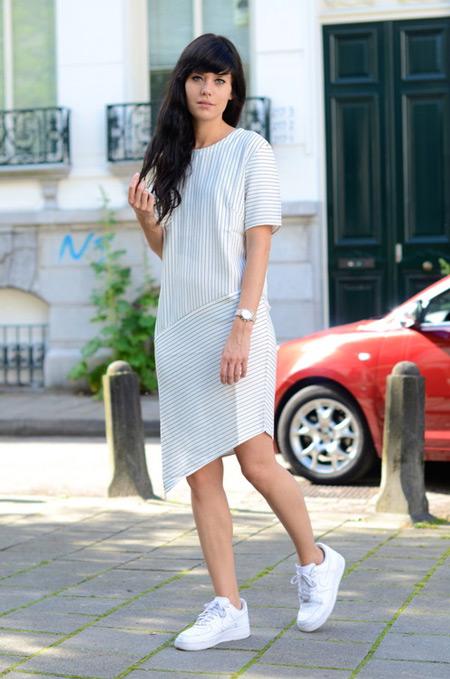 Модель в летнем платье прямого покроя, белые кроссовки