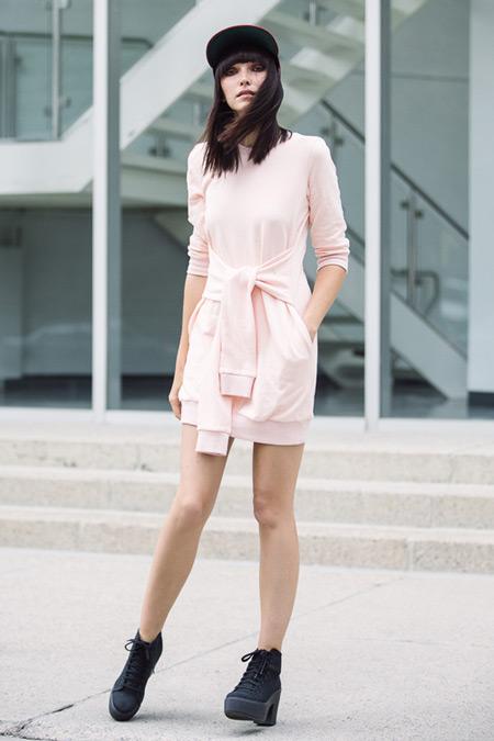 Модель в милом платье, черные ботинки и кепка