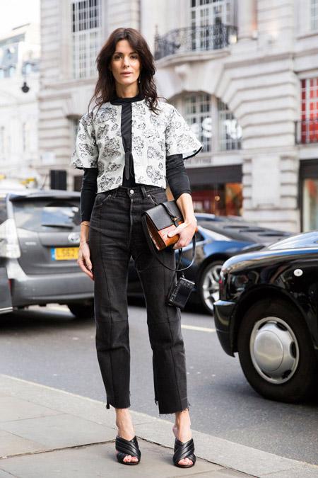 Модель в обрезанных джинсах, блузе и светлый пиджачок, неделя моды - Лондон осень/зима 2016-2017