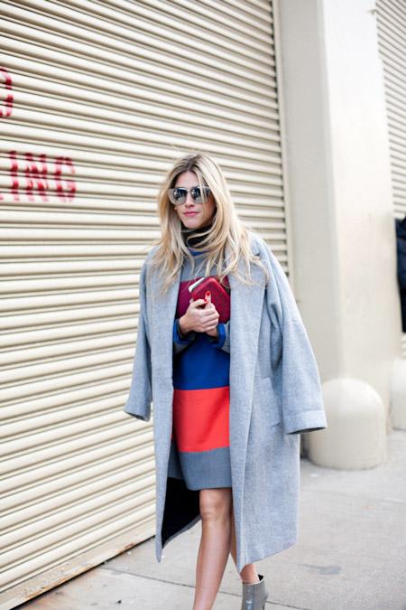 Модель в разноцветном платье и серое пальто
