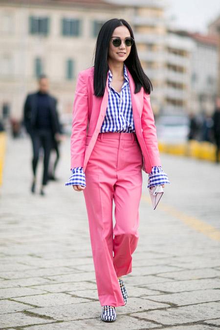 Модель в розовом брючном костюме, рубашке в клетку