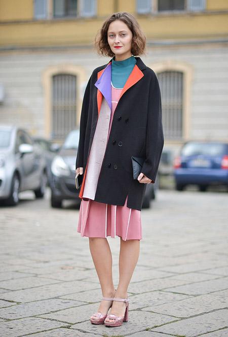 Модель в розовом сарафане, синей водолазке и черная курта