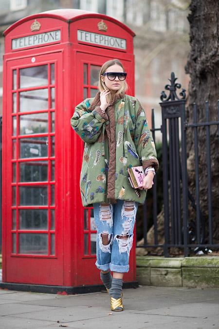 Модель в рваных джинсах и объемной куртке с принтом, неделя моды - Лондон осень/зима 2016-2017