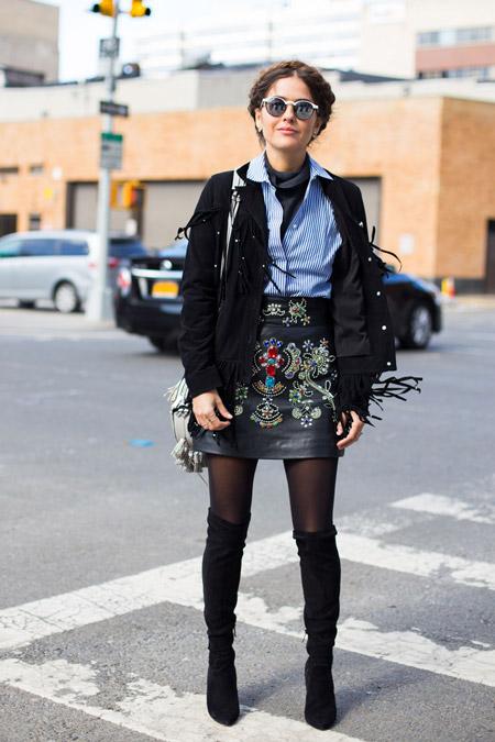Модель в сапогах выше колен, мини юбке с вышевкой, голубая рубашка и черная куртка