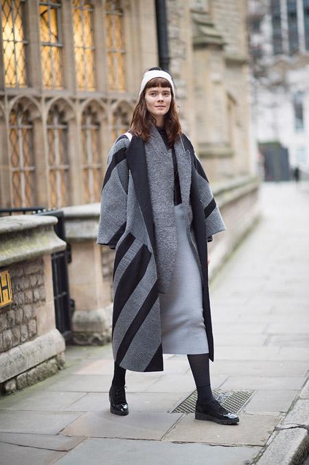 Модель в серой юбке карандащ и черно-сером длинном пальто, неделя моды - Лондон осень/зима 2016-2017