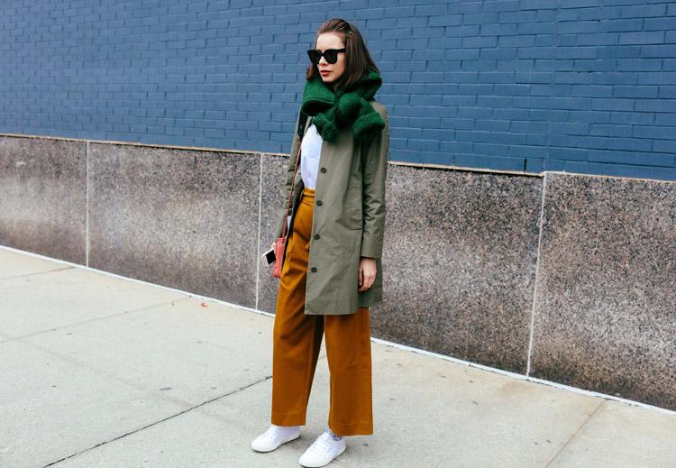 Модель в широких брюках, и плащ, зеленый вязанный шарф