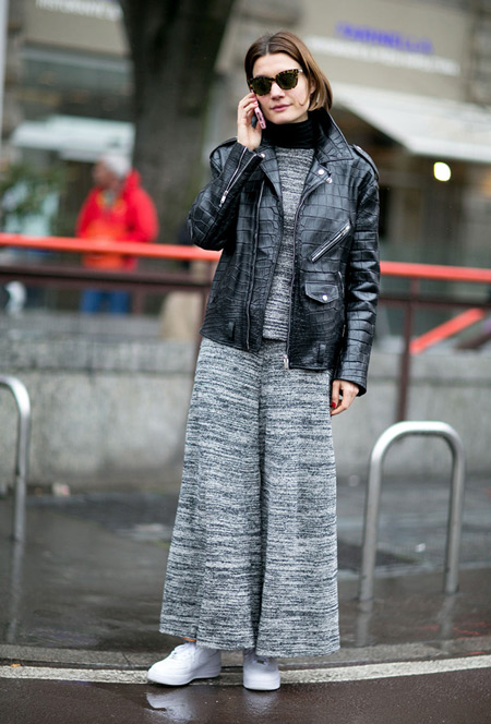 Модель в широких брюках клеш, водолазке и куртке кожанке