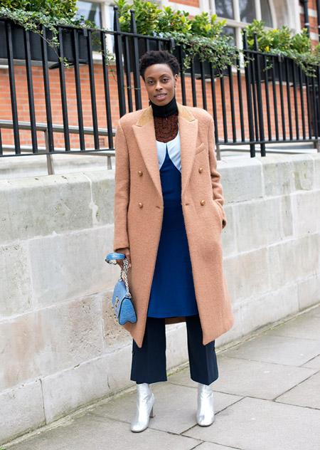 Модель в широких капри, белые сапоги, маленькая голубая сумочка и розовое пальто, неделя моды - Лондон осень/зима 2016-2017