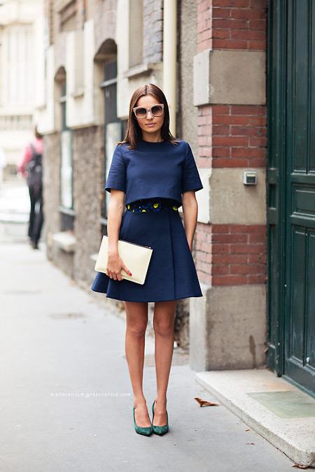 Модель в синем костюме с юбкой, клатч и туфли