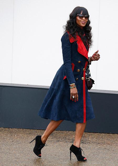 Модель в синем пальто с красной окантовкой и ботильоны с открытым носком, неделя моды - Лондон осень/зима 2016-2017