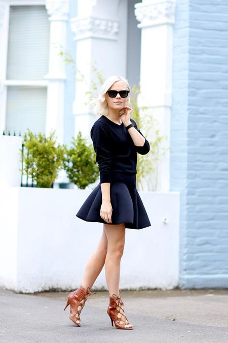 Модель в синей юбке клеш, черная кофта и бежевые босоножки