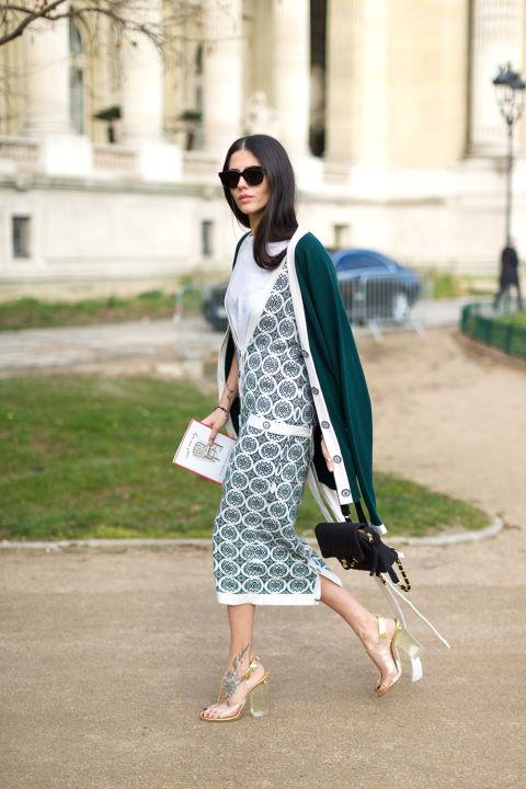 Модель в светлом платье с серым принтом и зеленый кардиган, босоножки