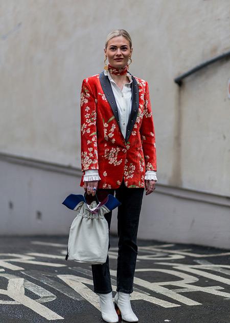 Модель в темных джинсах, белая рубашка и красный пиджак с принтом, неделя моды - Лондон осень/зима 2016-2017