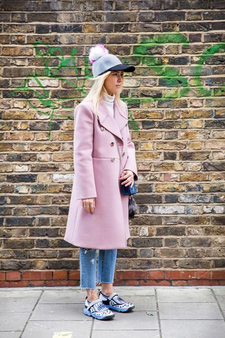 Модель в укороченных джинсах, светло розовое пальто и кепка с помпоном, неделя моды - Лондон осень/зима 2016-2017