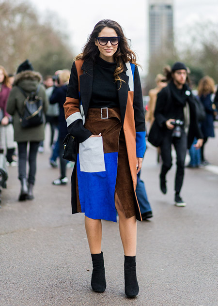 Модель в юбке миди из лоскутов с разрезом, черной водолазке и пальто, черные ботильоны, неделя моды - Лондон осень/зима 2016-2017