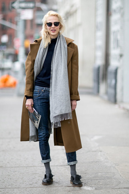 Модель в закатанных джинсах, синей волозке, коричневое пальто и палантин