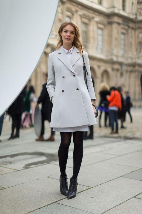 Natalia Vodianova в светло сером пальто, черные колготки и ботильоны с острым носом