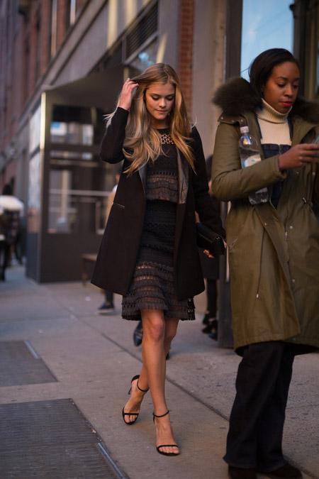 Nina Agdal в вязанном платье, босоножках и коричневом пальто