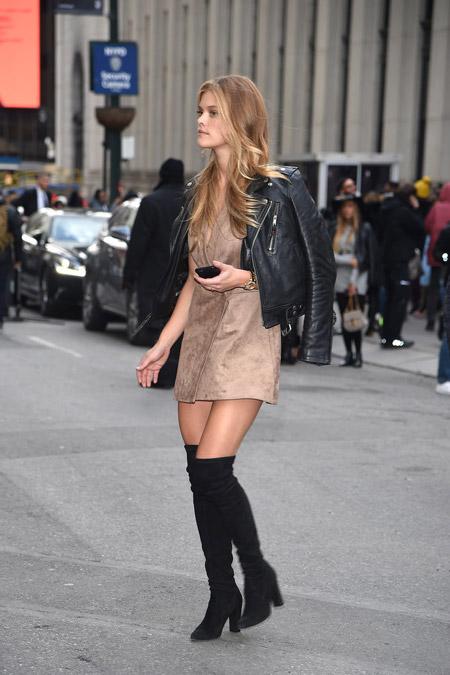 Nina Agdalв сапогах выше колен, бежевом мини платье и кожаной куртке