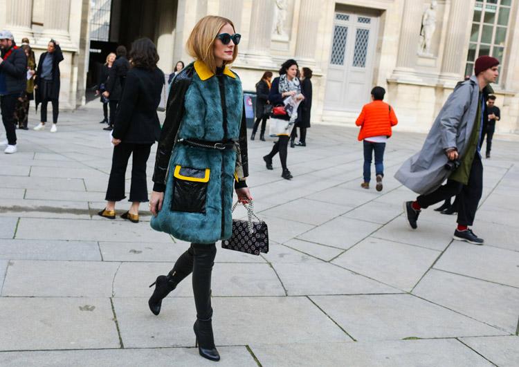 Olivia Palermo в черных джегинсах, ботильоны и пальто с зеленым мехом