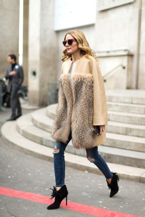 Olivia Palermo в рваных джинсах, ботильоны и бежевое пальто с меховой отделкой