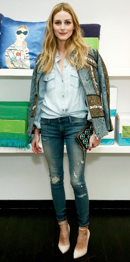 Оливия Палермо в джинсах, джинсовой рубашке и кардигане