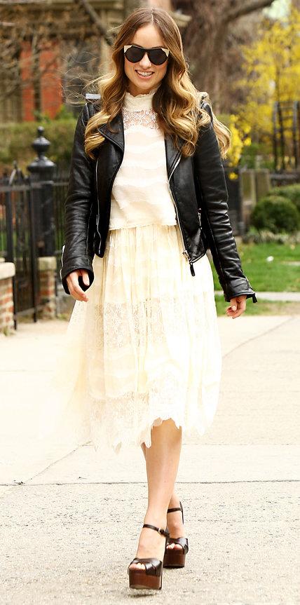 Оливия Уайлд в белом платье, кожанке и босоножках на платформе