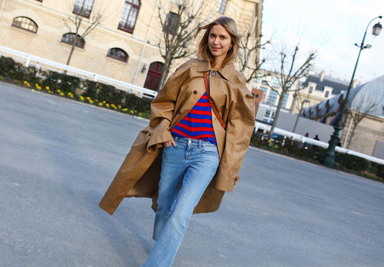Pernille Teisbaek в голубых джинсах, красно-синяя кофта и бежевый плащ