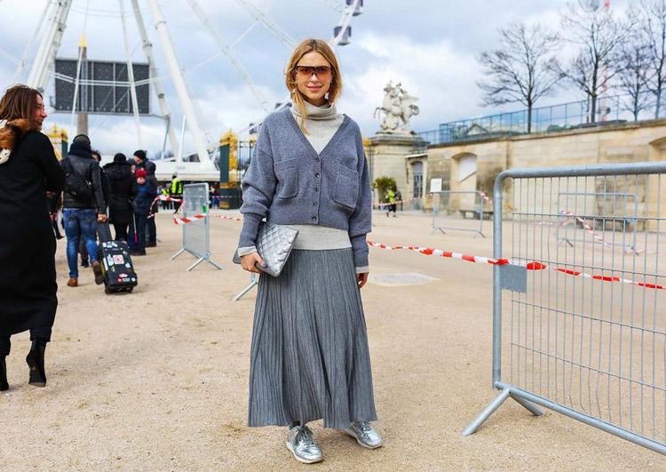 Pernille Teisbaek в серой юбке макси, водолазка и кардиган, серый клатч и кроссовки